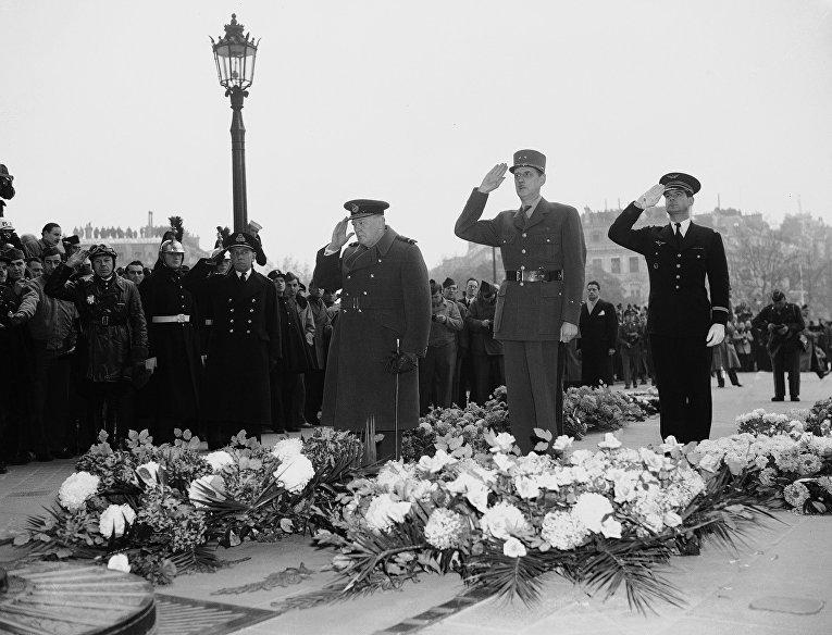 Премьер-министр Великобритании Уинстон Черчилль и  генерал Шарль де Голль у Триумфальной арки в Париже, 1944