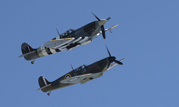 """Два """"Спитфайра"""" пролетают над скалами Дувра в Великобритании"""