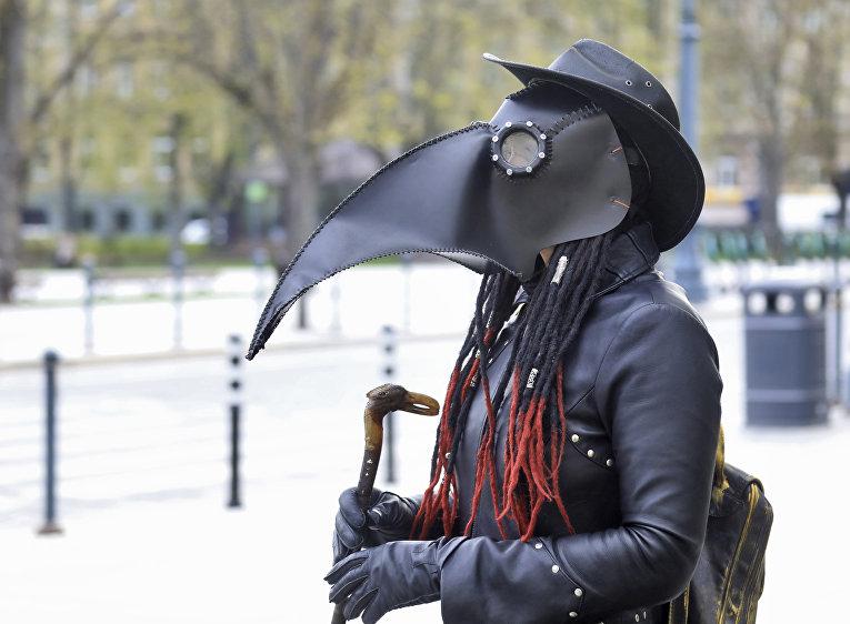 5 мая 2020. Человек в костюме чумного доктора в Вильнюсе, Литва