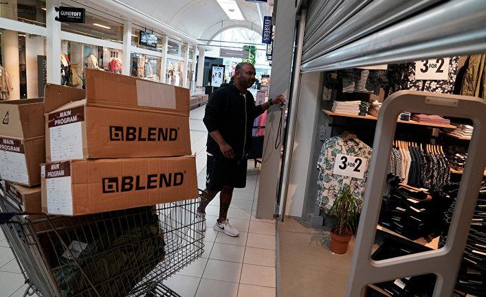 Подготовка к открытию магазина в одном из торговых центров в Колдинге