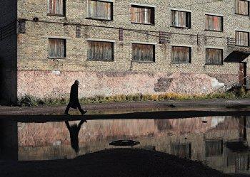 Мужчина идет по улице Воркуты