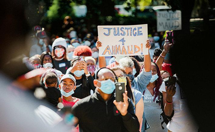 Участники акции протеста против убийства Ахмода Арбери в Брунсвике, штат Джорджия, США.
