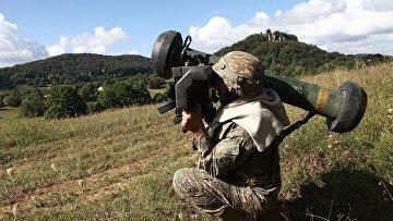 Американский солдат стреляет из ПРТК «Джавелин»