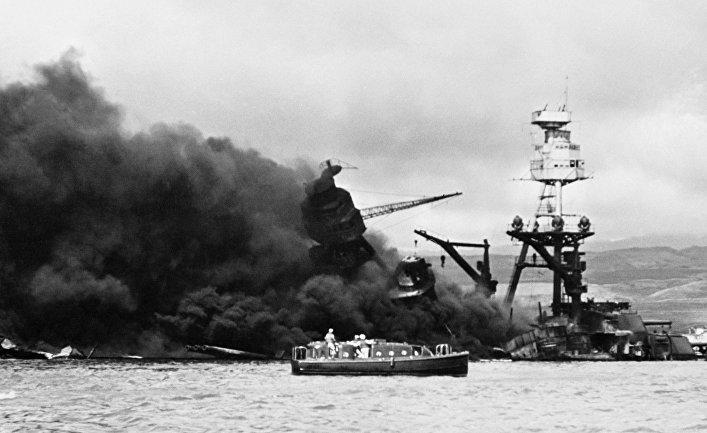 Линкор «Аризона» горит после взрыва, вызванного попаданием японской бомбы