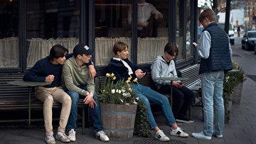 Молодежь возле ресторана в Стокгольме, Швеция