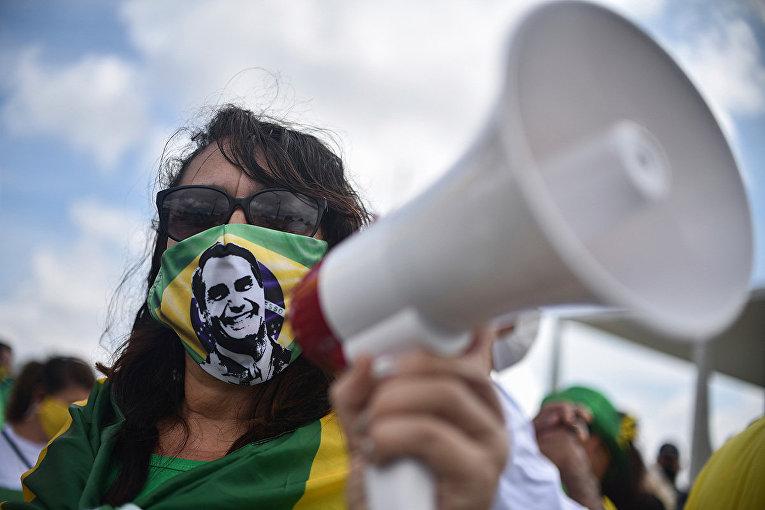 Сторонники президента Бразилии Жаира Больсонаро во время акции протеста в Бразилиа