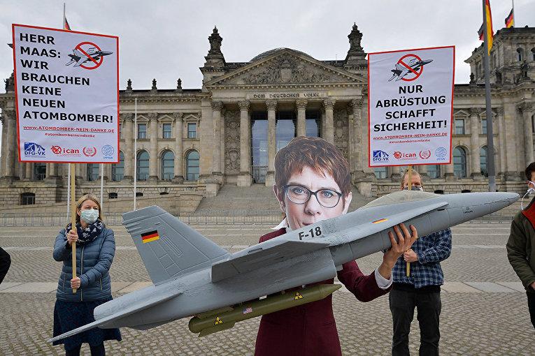 Участник анти-ядерной акции протеста в маске министра обороны Германии Аннегрет Крамп-Карренбауэр в Берлине