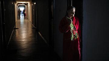 Пожилая женщина в доме престарелых в Бухаресте, Румыния