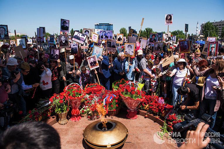 """Участники акции """"Бессмертный полк"""" в Бишкеке"""