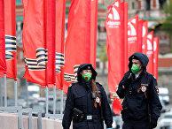 Сотрудники полиции патрулируют улицы во время празднования Дня Победы в Москве