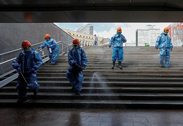 Дезинфекция подземного перехода в центре Москвы