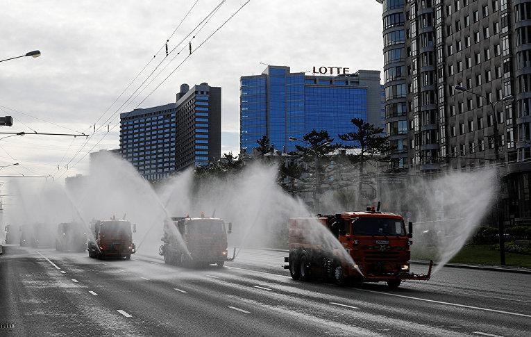 Автомобили коммунальных служб во время дезинфекции дорог и общественных пространств в Москве