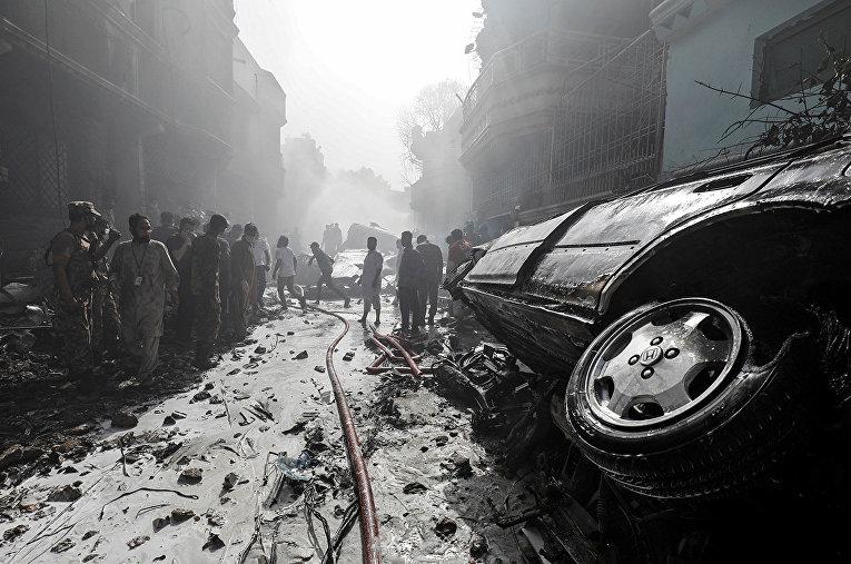 Спасатели на месте крушения пассажирского самолета в пакистанском городе Карачи