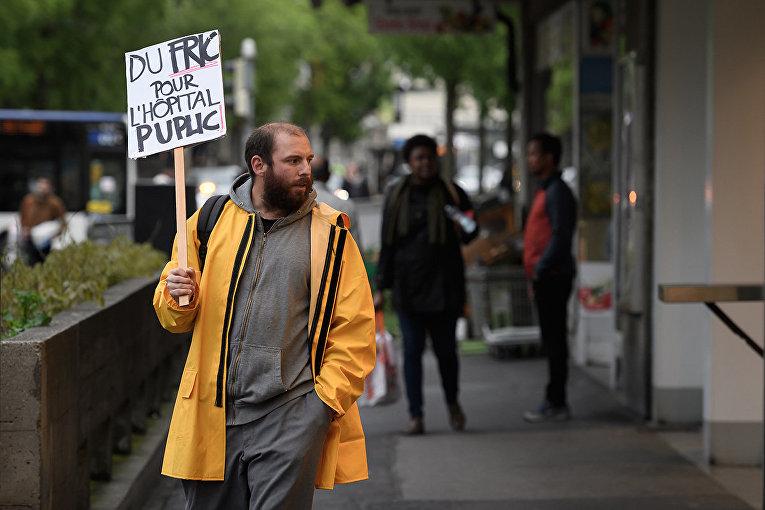 Демонстрант во время протестов в Лозанне