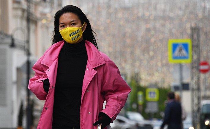 Девушка в защитной маске в Москве