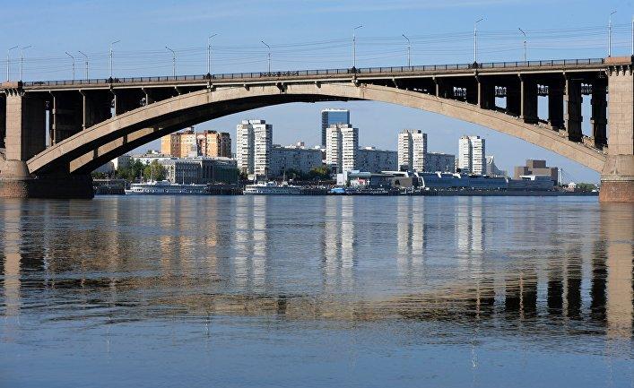 Вид на левобережную набережную и Коммунальный мост с острова Отдыха на реке Енисей в Красноярске