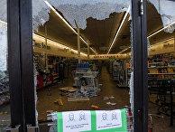 Разбитая витрина магазина во время протестов в Миннеаполисе