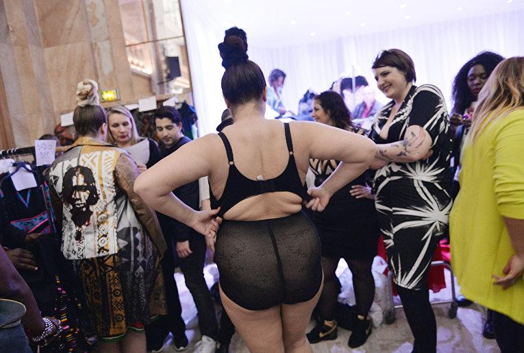 Плюс сайз модель на Pulp Fashion Week в Париже, Франция
