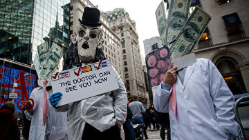 13 января 2017. Активисты протестуют против политики Трампа в Нью-Йорке, провозглашая медицинскую помощь неотъемлемым правом каждого человека