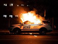 Полицейский автомобиль во время акция протеста в Нью-Йорке