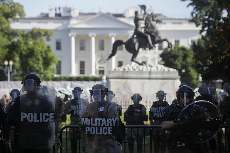 Сотрудники военной полиции и национальной гвардии охраняют Белый дом в Вашингтоне во время акций протеста