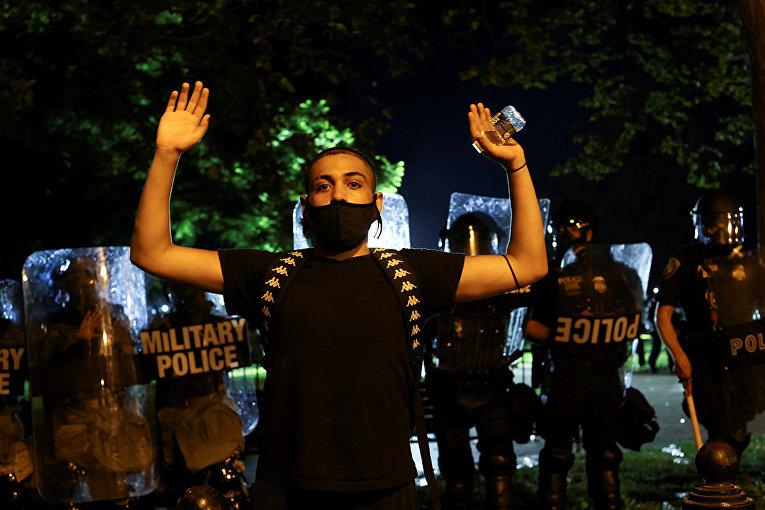 Участник акций протестов в Вашингтоне