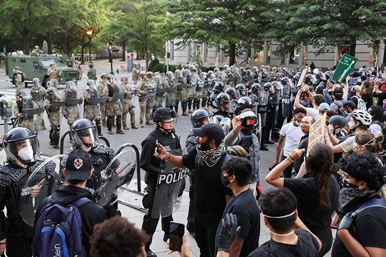 Полицейское оцепление возле Белого дома в Вашингтоне