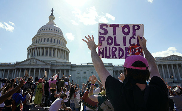 Демонстранты у Конгресса США на Капитолийском холме в Вашингтоне