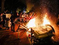 Участники акций протеста устроили пожар в знак протеста против смерти Джорджа Флойда в Вашингтоне