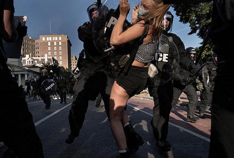 Полиция во время разгона демонстрантов в Вашингтоне