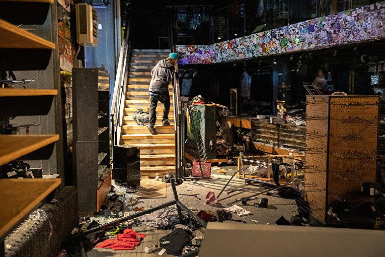 Мародер в одном из магазинов Нью-Йорка