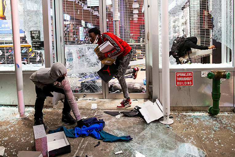 Протестующие грабят магазин в Нью-Йорке