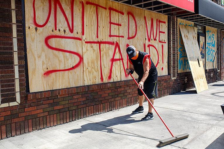Владелец магазина в Миннеаполисе приводит в порядок территорию после протестов