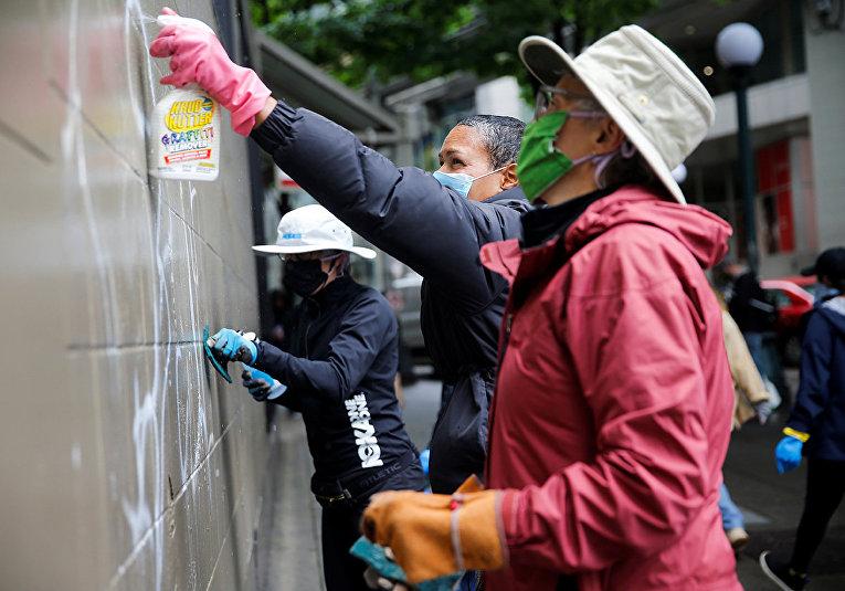Волонтеры чистят стены от граффити после беспорядков в Сиэтле