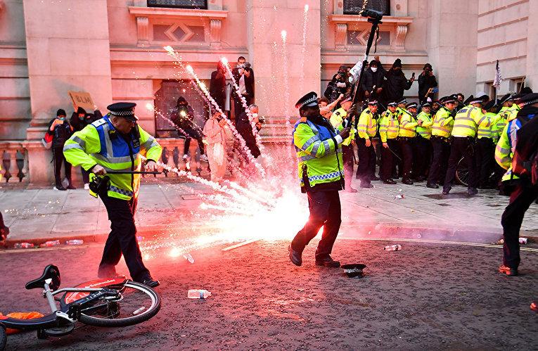 Столкновения демонстрантов с полицией во время акции протеста в Лондоне