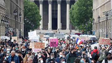 Участники акции протеста против полицейского насилия и расового неравенства возле посольства США в Париже