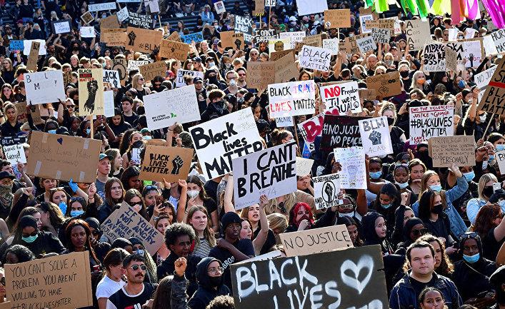 Участники акции протеста в знак солидарности с движением Black Lives Matter в Стокгольме