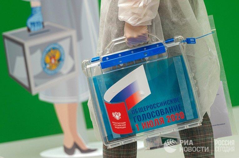 В ЦИК показали экипировку членов УИК при голосовании на дому