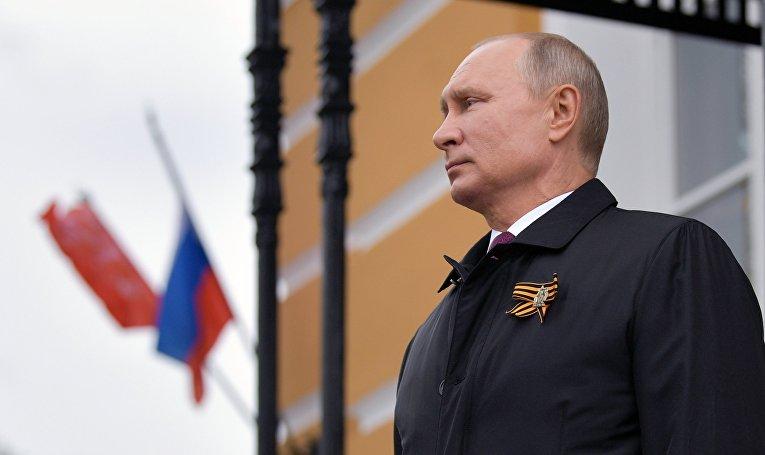 Президент РФ В. Путин во время воздушного парада, посвященного 75-летию Победы в ВОВ