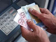Снятие наличных в одном из банкоматов в Каркфу, Франция
