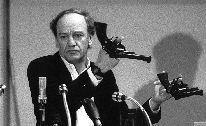 31 марта 1986. Главный следователь Ханс Хольмер демонстрирует два револьвера в рамках расследования убийства Улофа Пальме