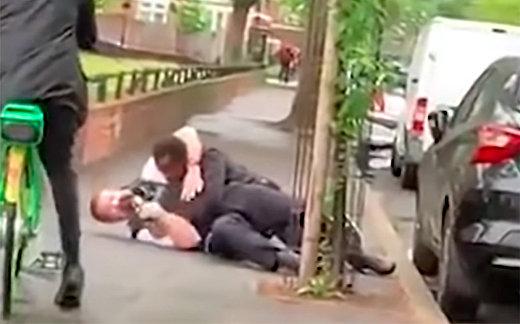 В Лондоне полицейского избили, сделали селфи и станцевали джигу