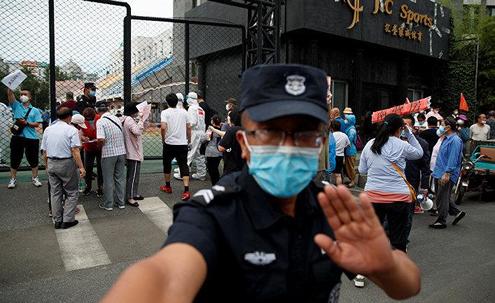 Охранник у спортивного центра Гуанань в Пекине, Китай