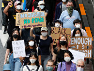 Участники акции протеста против расовой дискриминации в Токио, Япония