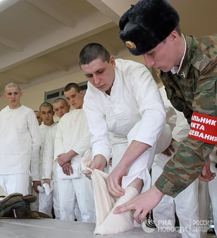 Призывники получают обмундирование в воинской части в 2008 году