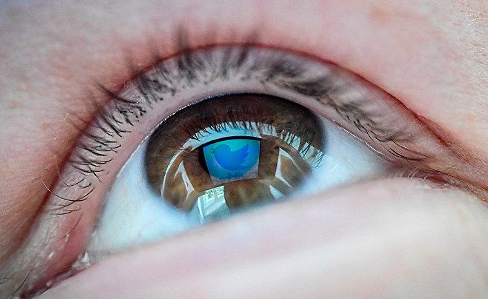 Логотип социальной сети Twitter в отражении глаза