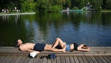 Молодые люди отдыхают в парке