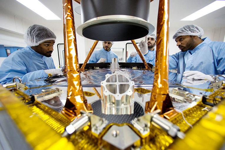 Инженеры космического агентства Объединенных Арабских Эмиратов работают над марсианским зондом «Надежда»
