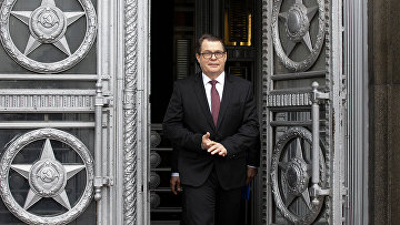 Посол Чехии в Москве Витезслав Пивонька у здания МИД РФ в Москве