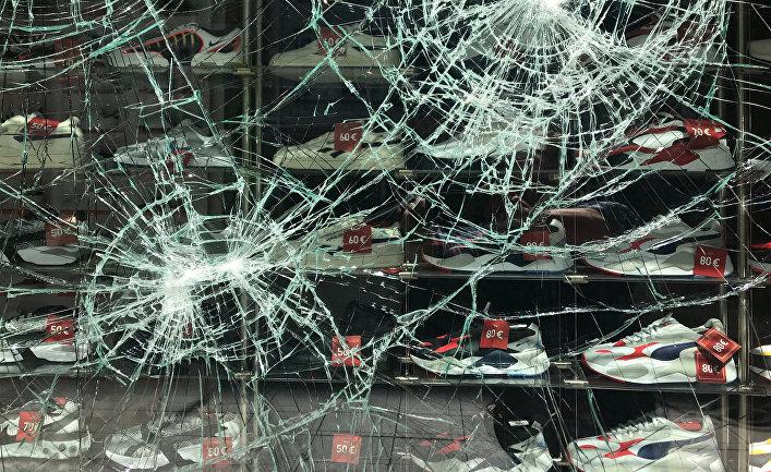 Разбитая в ходе беспорядков витрина магазина в центре Штутгарта, Германия